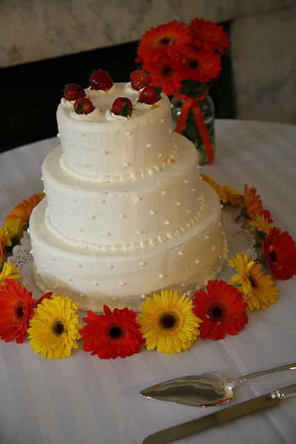 wedding cake decorated with gerbera daisies strawberry wedding cakes a wedding cake 22362